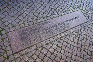 Inschrift auf dem Boden vor dem Brahms-Würfel