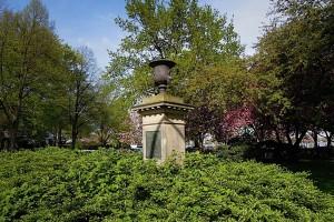 Das Denkmal für John Fontenay ist mitten im Grün versteckt.