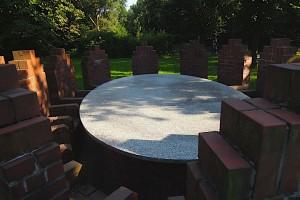 Tisch mit 12 Stühlen Denkmal Hamburg