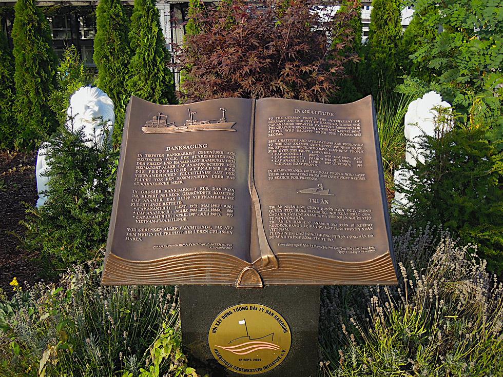 Bronze-Gedenkstein für die Cap Anamur