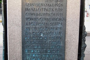 Erklärender Text am Heine-Denkmal