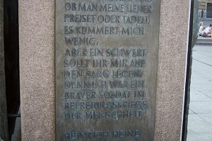 Bronzetafel am Heine-Denkmal