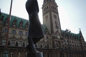 Heine-Denkmal am Rathausmarkt im Gegenlicht