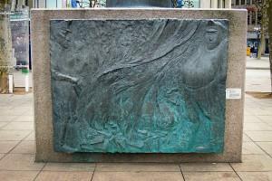 Bronzetafel mit Relief am Heine-Denkmal