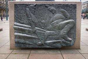 Bronzerelief am Heine-Denkmal