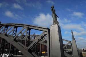 Die Bronzefigur der Europa auf der Brooksbrücke. Im Hintergrund die Hammonia.