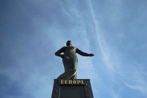 Die Europa auf der Brooksbrücke vor blauem Himmel