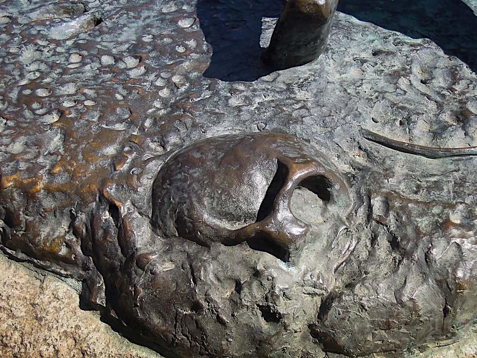 Ein Teil eines Totenschädels in der Skulptur