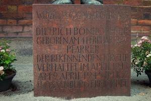 Sockel des Bonhoeffer-Denkmals mit Inschrift