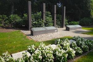 Denkmal für die Flutopfer 1962 mit Gräbern