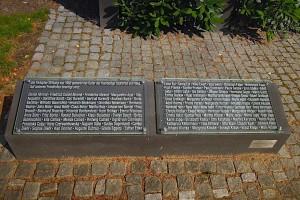 Linker Gedenkstein mit Namen von Opfern