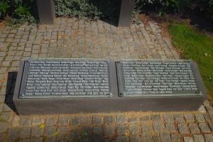 Rechter Gedenkstein mit Namen der Opfer