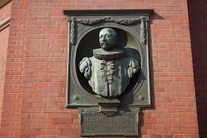 Johann Heinrich Burchard-Büste in der Wand des Michels
