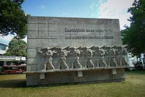 76er Denkmal am Dammtordamm mit Hamburg-Tor