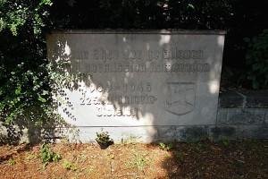 Viel später wurde diese Gruftplatte aufgestellt. Sie gedenkt gefallener Soldaten der 225. Infanterie-Divison.