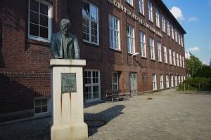 Fritz Schumacher-Büste vor Museum