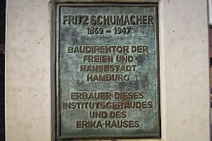 Plakette am Fritz Schumacher-Denkmal auf dem UKE-Gelände