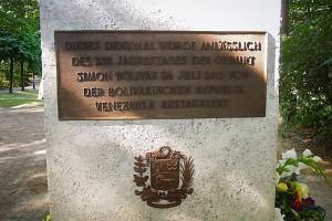Eine Tafel am Simón Bolívar-Denkmal
