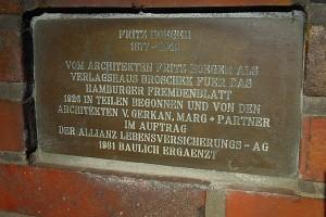 Erklärende Tafel unter dem Fritz Höger-Denkmal