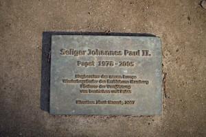 Gedenkplatte vor dem Denkmal für Johannes Paul II.
