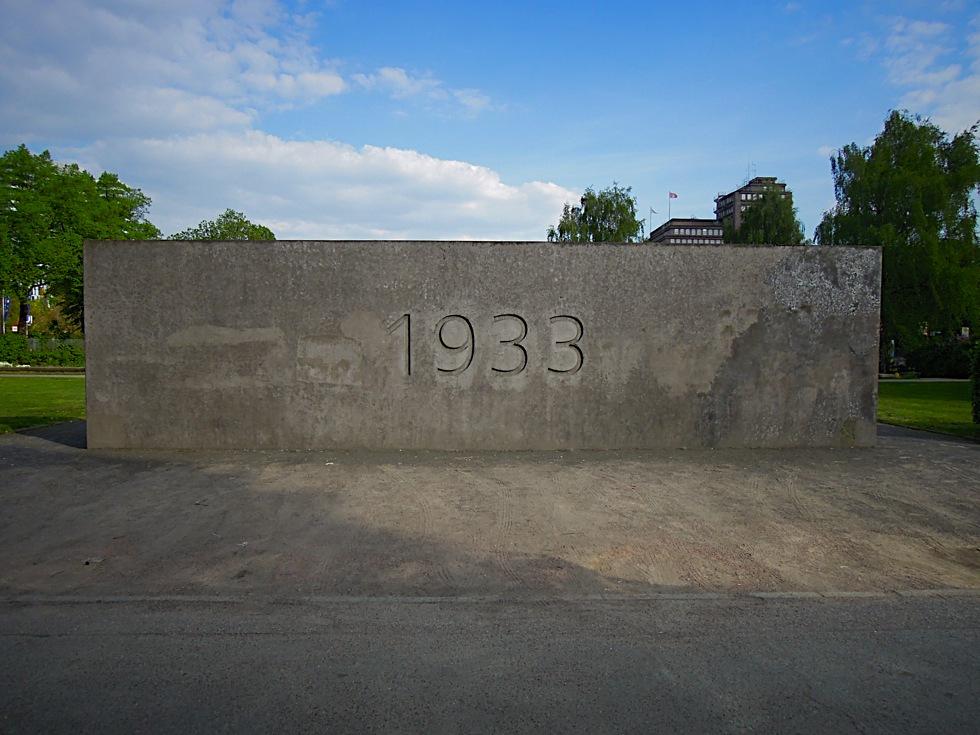 Graue Betonwand mit der Zahl 1933
