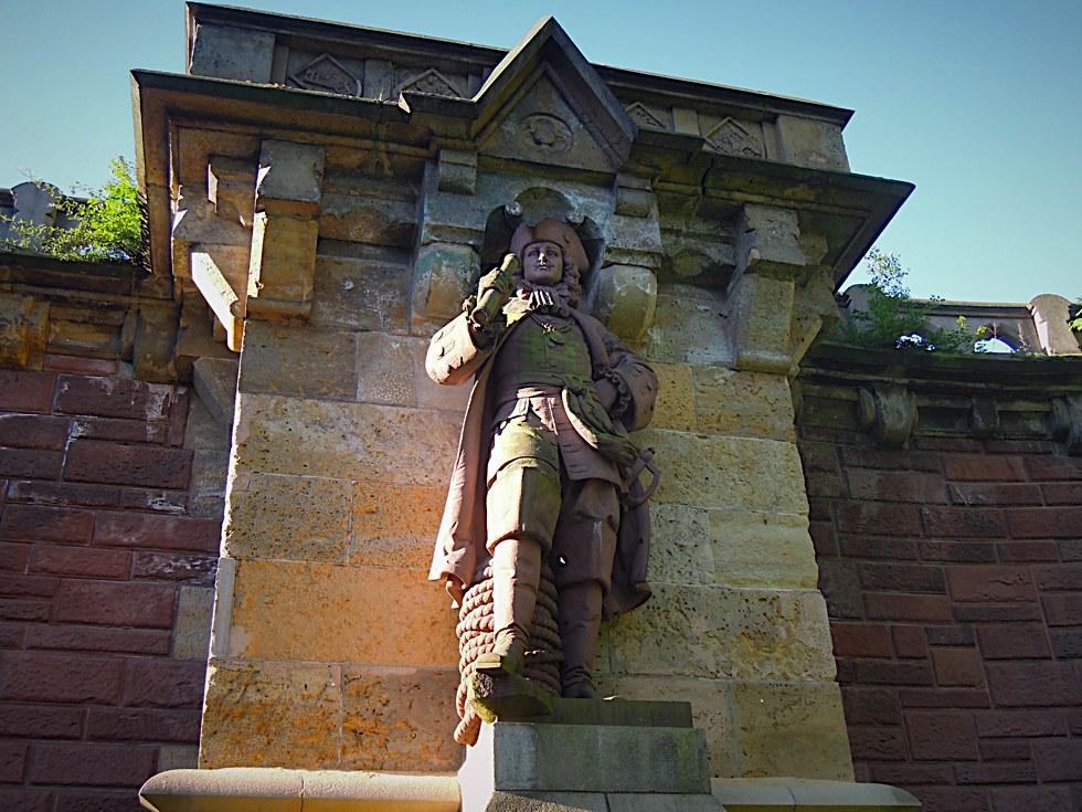 Gesamtansicht des Berend Jacob Karpfanger-Denkmals