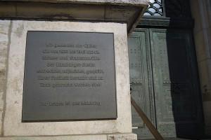 Mahntafel am Eingang des Oberlandesgerichts