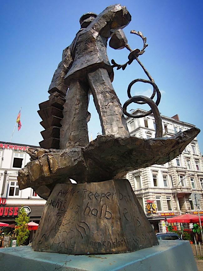 Hans Albers-Denkmal von hinten