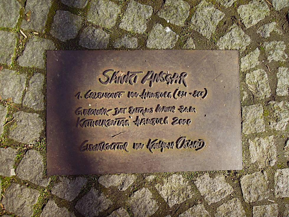 Erklärende Tafel im Boden neben dem Denkmal