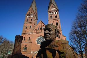 St. Ansgar-Denkmal vor dem St. Marien-Dom