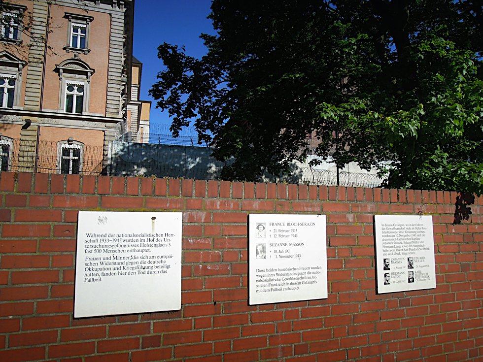 Drei Tafeln an der Rückseite der Untersuchungshaftanstalt Holstenglacis