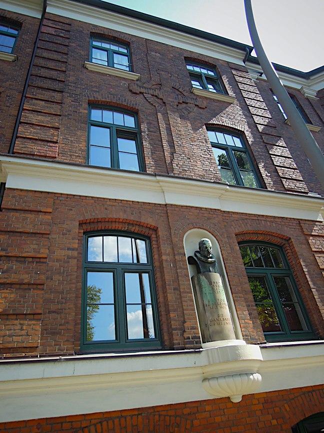 Büste des Alfred Kappesser an der Fassade des Gemeindeshauses