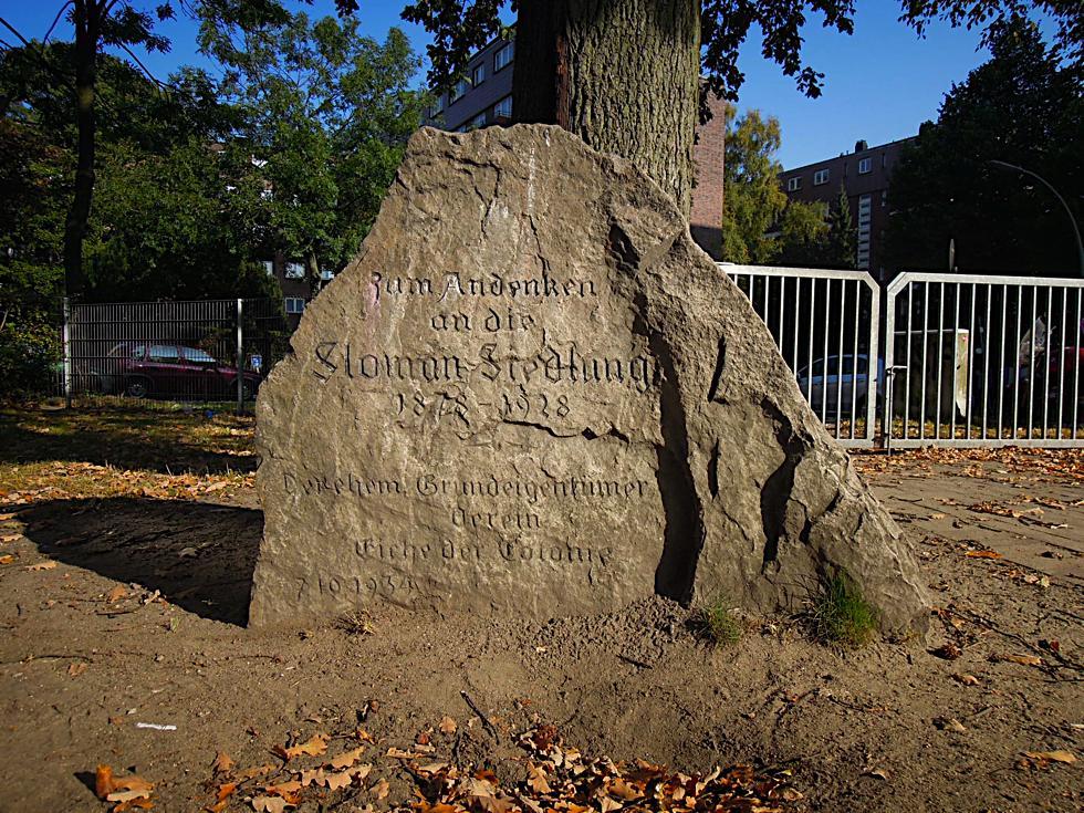 Findling mit Inschrift zum Gedenken an die Sloman-Siedlung auf der Veddel
