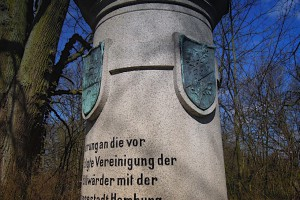 Detail des Denkmals zur Anbindung Billwerders an Hamburg