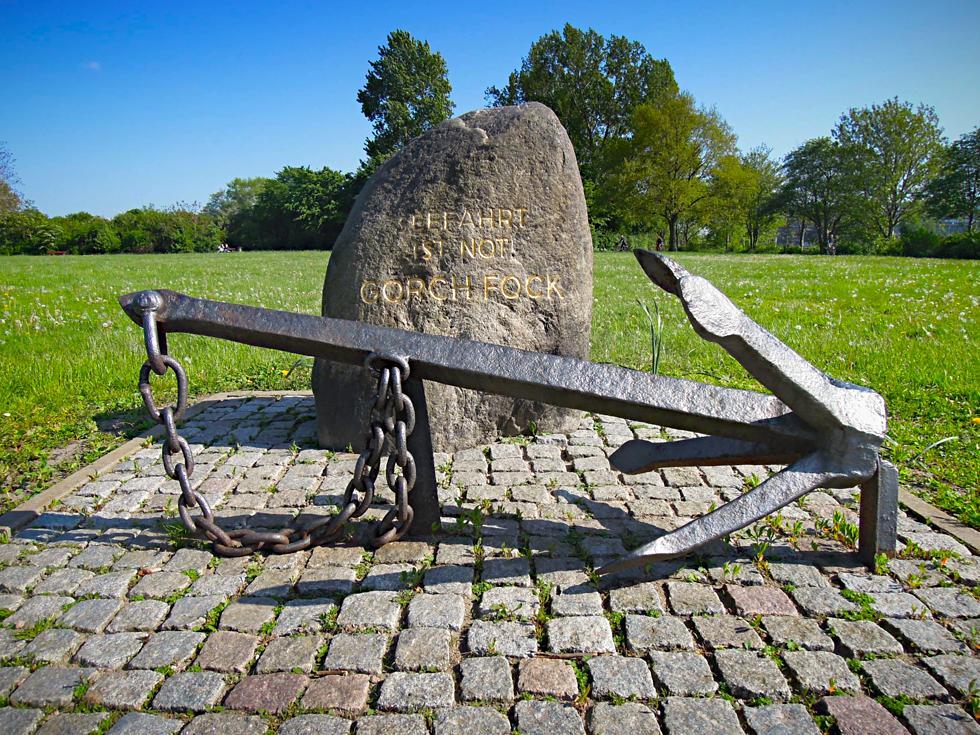 Findling und Anker als Denkmal für Gorch Fock