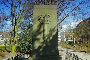 Seitenansicht des Denkmals mit Schwert und Eichenkranz