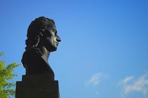 Schiller-Büste im Profil gegen blauen Himmel