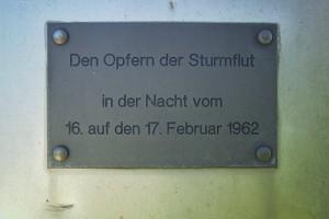 Gedenktafel am Denkmal für die Flutopfer von 1962