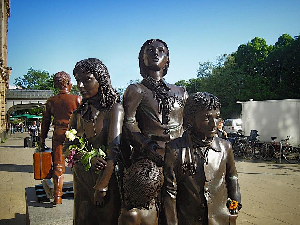 Eine Gruppe Kinder aus dem Denkmal Der letzte Abschied