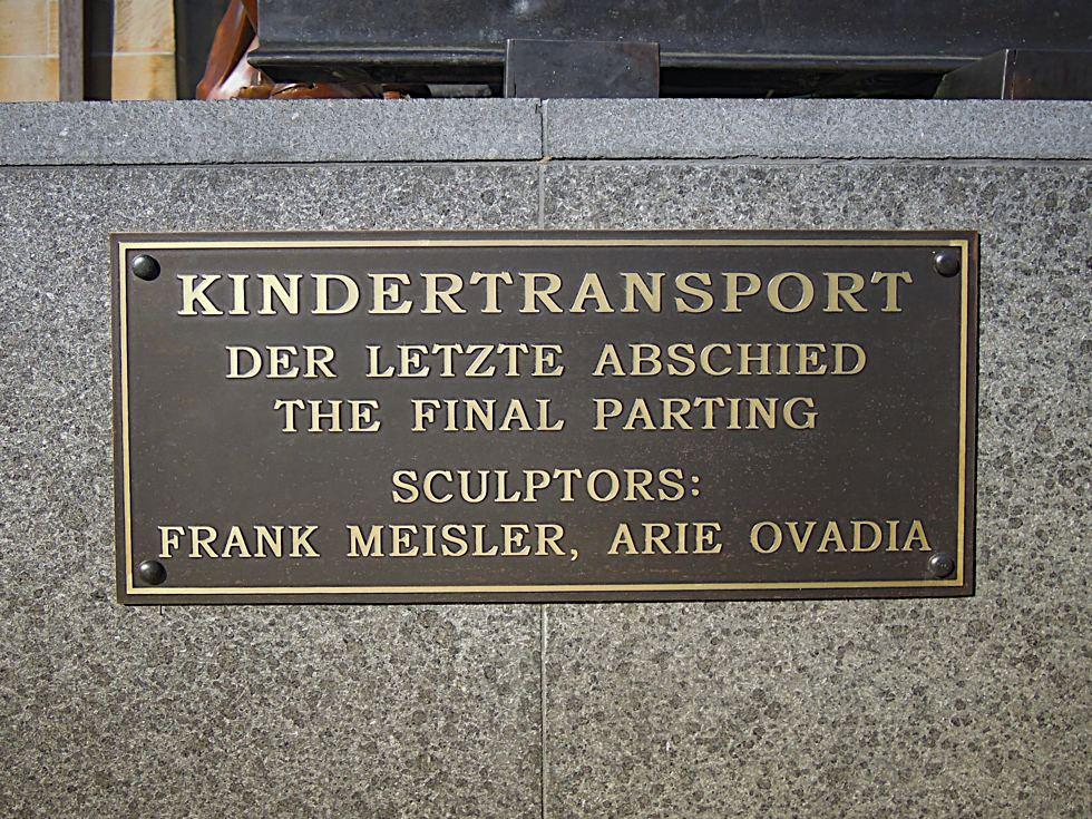 Plakette am Sockel des Denkmals mit dem Namen des Denkmals