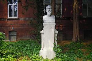Heinrich Curschmann-Denkmal unter Bäumen