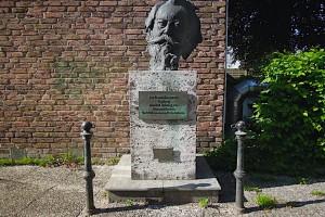 Die Büste von Johannes Brahms auf einem Sockel
