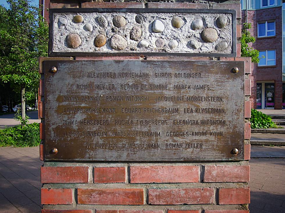 Die Namen der Kinder vom Bullenhuser Damm auf einer Metallplatte