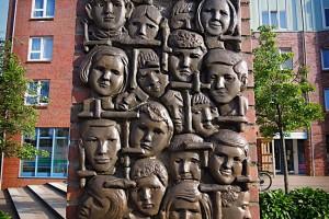 Das Relief mit den Gesichtern der Kinder vom Bullenhuser Damm