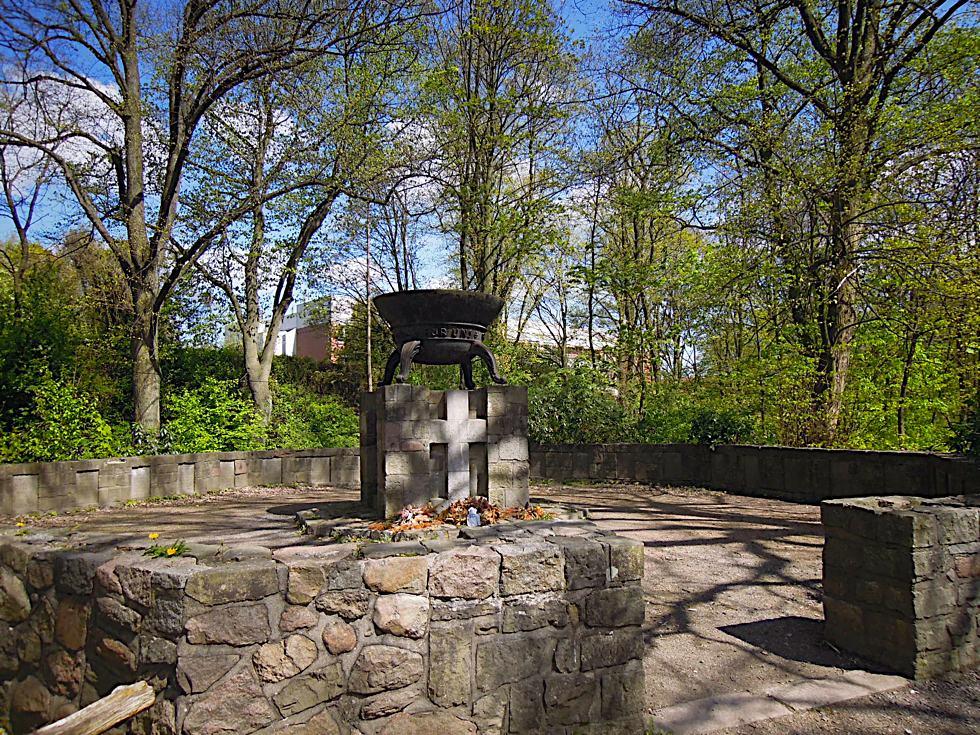 Das gesamte Denkmal besteht aus Opferschale auf Sockel und Mauer mit Gednktafeln