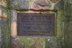 Gedenktafel am Sockel des Denkmals Krieger-Ehrung