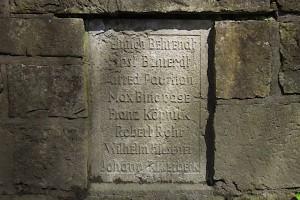 Eine der insgesamt 37 Gedenktafeln mit acht Namen von Gefallenen