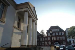 Foto der Englischen Kirche am Zeughausmarkt mit der Anna-Siemsen-Schule im Hintergrund