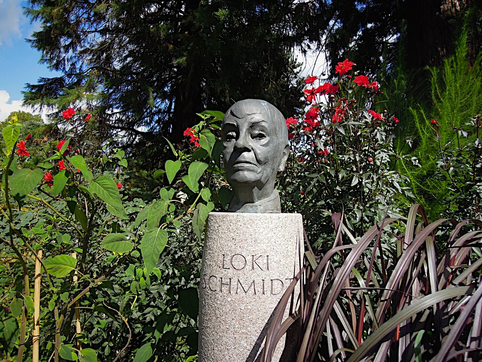 Loki Schmidt-Büste am Eingang des Loki-Schmidt-Gartens