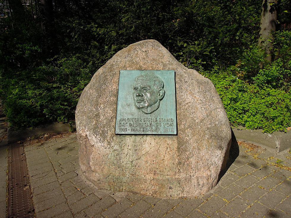 Gedenktafel für Max Brauer auf einem Findling